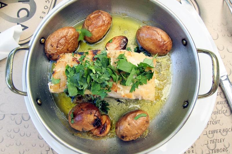 Bacalhau assado com batatas (Жареная треска бакаляу с картофелем)