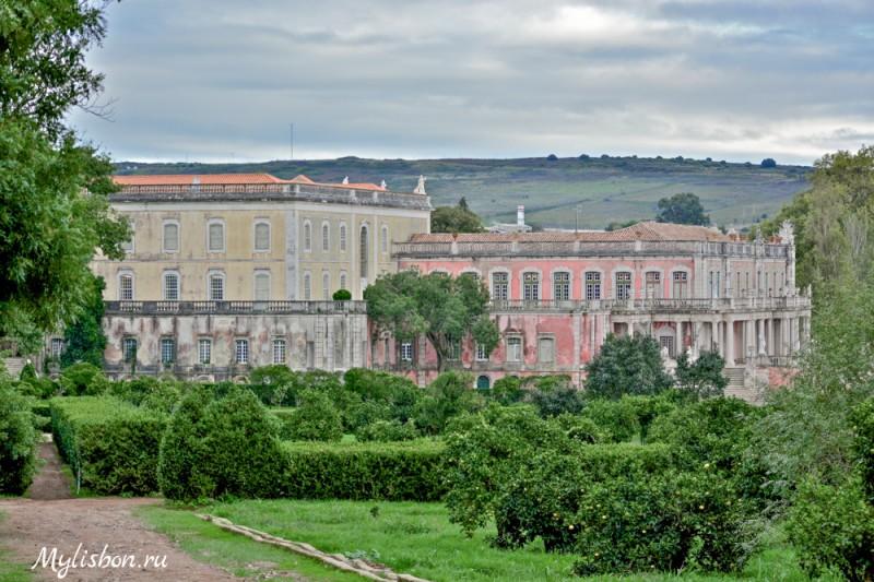 Вид на дворец Келуж со стороны парка